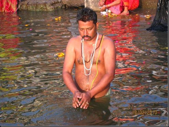 meditando-ao-amanhecer-no-rio-ganges-india-51fd8d4f-f743-4b2d-a3a1-2b8012f4a526